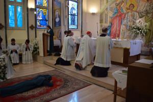 La candidata se postra mientras se cantan las Letanías de los Santos en comunión con la Iglesia Celestial.